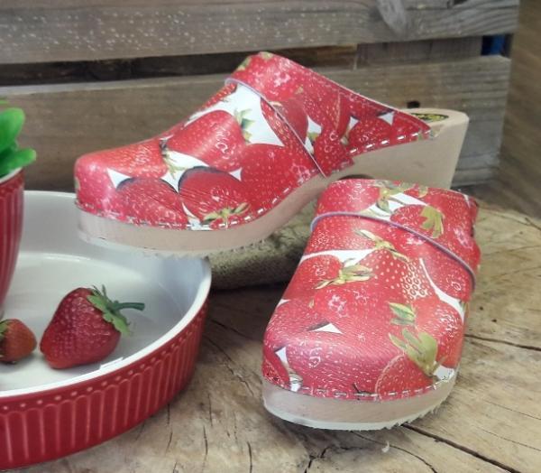 schweden clogs mit erdbeeren muster online kaufen versandkostenfrei. Black Bedroom Furniture Sets. Home Design Ideas